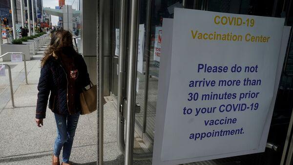 People arrive at the Javits Center mass vaccination location amid the coronavirus disease (COVID-19) pandemic in the Manhattan borough of New York City, New York, U.S., April 13, 2021 - Sputnik International
