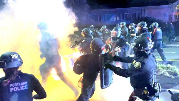 A demonstrator confronts a police officers during clashes, following the fatal police shooting of 20-year-old Black man Daunte Wright in Minnesota, April 12, 2021 in this still image obtained from a social media video on April 13, 2021. - Sputnik International