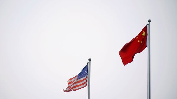 Chinese and U.S. flags flutter outside a company building in Shanghai, China April 14, 2021. - Sputnik International