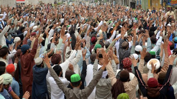 Supporters of the Tehreek-e-Labaik Pakistan (TLP) Islamist political party chant slogans as they protest protest against the arrest of their leader in Lahore, Pakistan April 16, 2021.  - Sputnik International