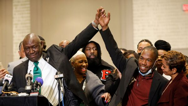 Floyd family attorney Ben Crump holds hands with witness Donald Williams during a news conference following the verdict in the trial of former Minneapolis police officer Derek Chauvin, found guilty of the death of George Floyd, in Minneapolis, Minnesota, U.S., April 20, 2021 - Sputnik International