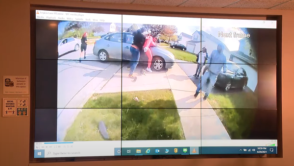 A screenshot from the police body camera footage of the shooting of Makiyah Bryant by police. - Sputnik International