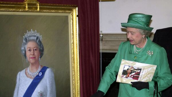 Queen Elizabeth II unveils a portrait of herself by artist Theodore Ramos at the Guildhall in Windsor, 03 June 2002, to mark her Golden Jubilee. A 1954 painting of the Queen hangs on the wall in the background - Sputnik International