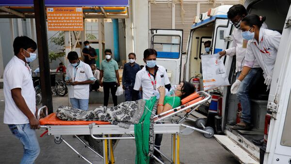 A patient wearing an oxygen mask is wheeled inside a COVID-19 hospital for treatment, amidst the spread of the coronavirus disease (COVID-19) in Ahmedabad, India, April 21, 2021. - Sputnik International