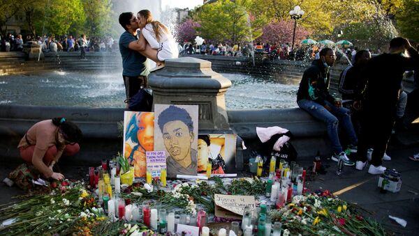 Цветы и свечи у портрета Даунте Райта после вынесения вердикта экс-полицейскому Дереку Шовину в Нью-Йорке - Sputnik International