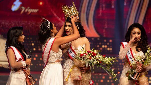 Reigning Mrs World Caroline Jurie, forcibly removes the Mrs Sri Lanka winner Pushpika De Silva's crown as Jurie declared that the winner was ineligible because she was divorced, during the Mrs Sri Lanka pageant, in Colombo, Sri Lanka April 4, 2021. - Sputnik International