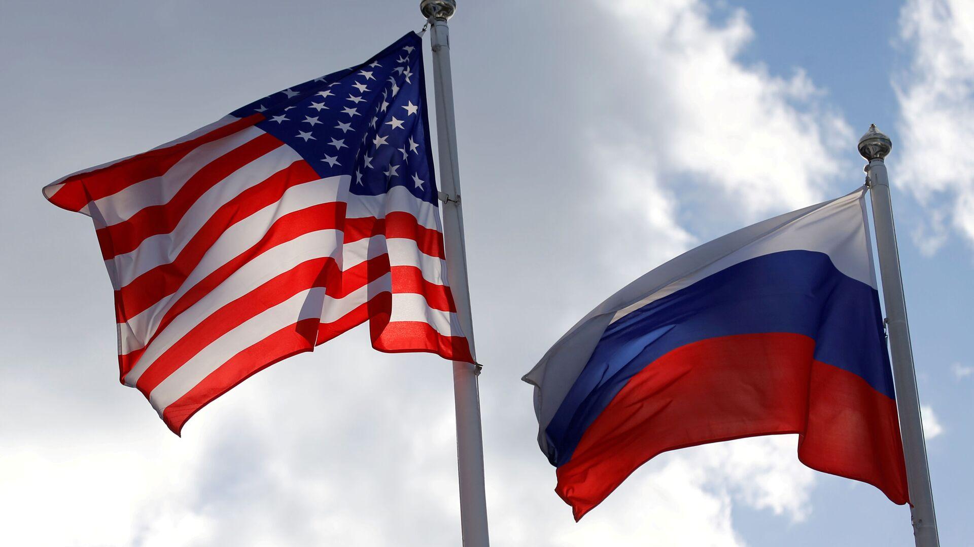 Russian and U.S. state flags fly near a factory in Vsevolozhsk, Leningrad Region, Russia March 27, 2019 - Sputnik International, 1920, 23.09.2021