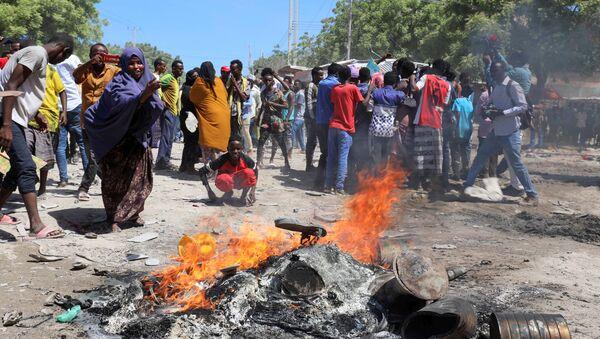 Protesters burn campaign pictures of Somalia's President Mohamed Abdullahi Mohamed on the streets of Yaqshid district of Mogadishu, Somalia 25 April 2021. - Sputnik International