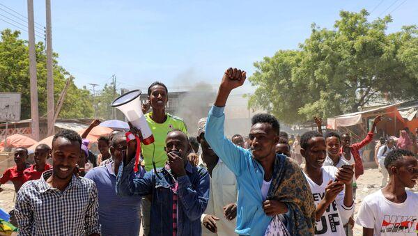 Protesters demonstrate against Somalia's President Mohamed Abdullahi Mohamed on the streets of Yaqshid district of Mogadishu, Somalia 25 April 2021 - Sputnik International