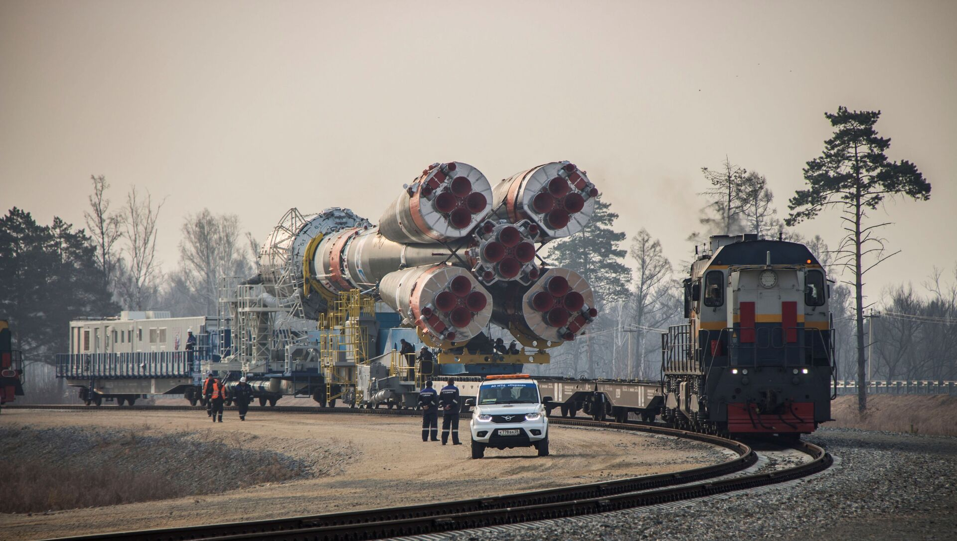 A Soyuz-2.1b rocket booster with a Fregat upper stage and satellites of British firm OneWeb is transported from a technical facility to a launch pad at the Vostochny Cosmodrome in Amur Region, Russia April 22, 2021. - Sputnik International, 1920, 31.07.2021