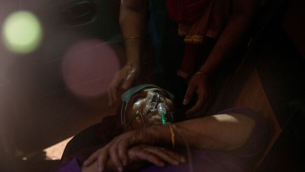 A person with a breathing problem receives oxygen support for free inside her car at a Gurudwara (Sikh temple), amidst the spread of coronavirus disease (COVID-19), in Ghaziabad, India, 24 April 2021. - Sputnik International