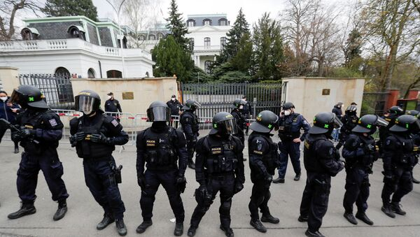 Police officers stand outside the Russian Embassy during a protest over Russian intelligence services alleged involvement in an ammunition depot explosion in Vrbetice area in 2014, in Prague, Czech Republic April 18, 2021. - Sputnik International