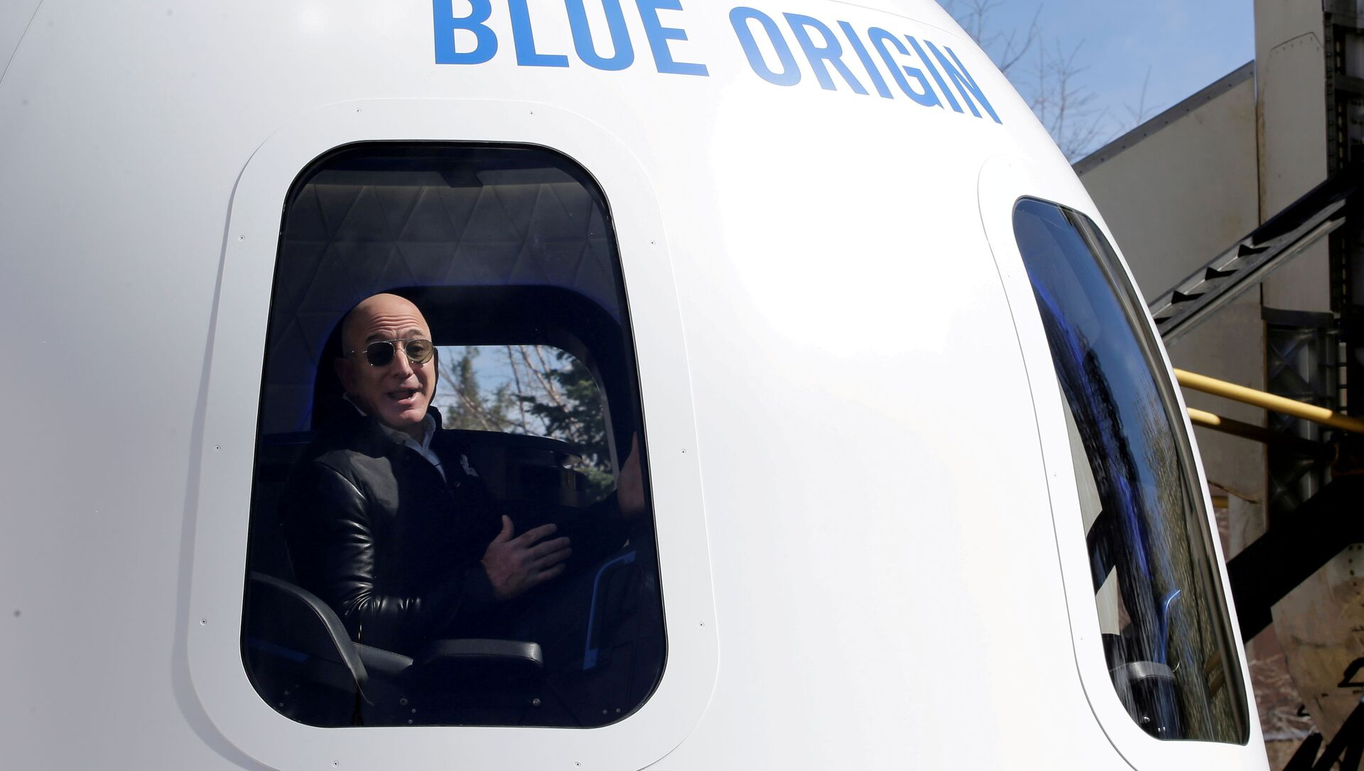 Amazon and Blue Origin founder Jeff Bezos addresses the media about the New Shepard rocket booster and Crew Capsule mockup at the 33rd Space Symposium in Colorado Springs, Colorado, United States April 5, 2017.  - Sputnik International, 1920, 16.08.2021