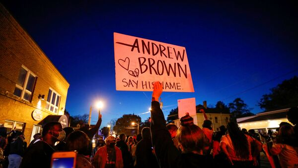Protesters march in the evening after family members were shown body camera footage of a deputy sheriff shooting and killing Black suspect Andrew Brown Jr. last week, in Elizabeth City, North Carolina, U.S. April 26, 2021. Picture taken April 26, 2021.  REUTERS/Jonathan Drake - Sputnik International