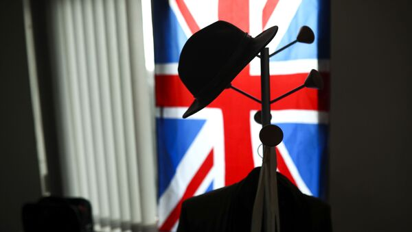 A hat hangs on a coat stand in front of the Union flag (File) - Sputnik International