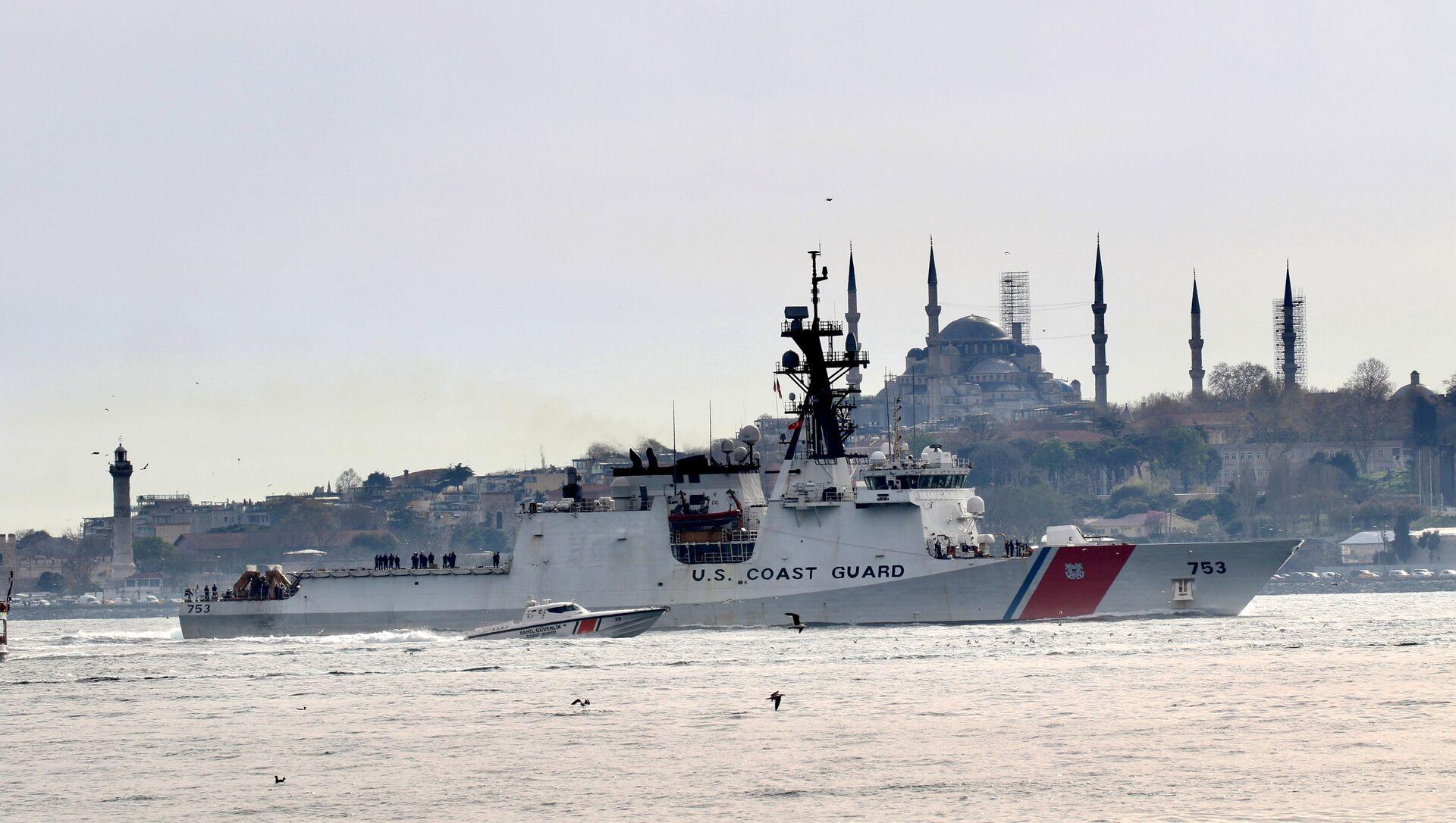 U.S. Coast Guard Legend-class national security cutter USCGC Hamilton (WMSL 753) sets sail in the Bosphorus, on its way to the Black Sea, in Istanbul, Turkey April 27, 2021. - Sputnik International, 1920, 02.08.2021