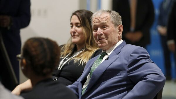 Former President George W. Bush chats with Big Thought staff and youth participants, a non-profit youth program, during a conversation at the Meadows School of the Arts in Dallas, Thursday, June 27, 2019.  - Sputnik International