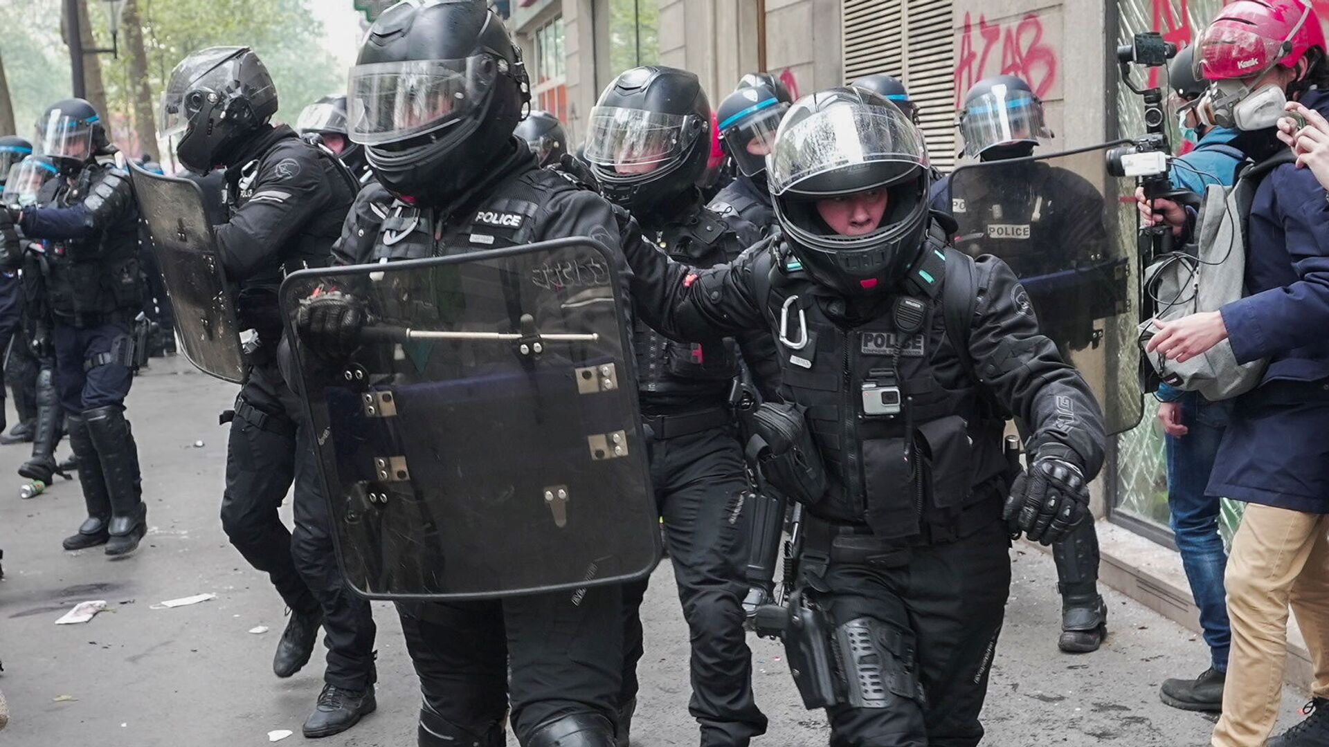 French riot police walk in formation during clashes with protesters as part of the traditional May Day protests, amid the coronavirus disease (COVID-19) outbreak in Paris, France, 1 May 2021. - Sputnik International, 1920, 21.08.2021