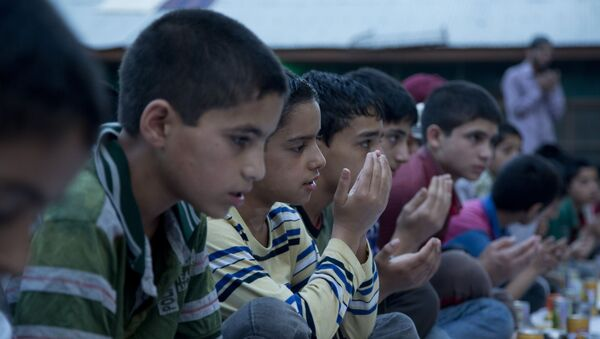 Kashmiri Muslim orphan children pray as they wait to break their day-long fast, at the Rahat Manzil Orphanage in Srinagar, Indian controlled Kashmir, Monday,6  July 2015. (AP Photo/Dar Yasin) - Sputnik International