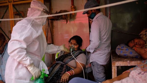A woman with a breathing problem receives oxygen support for free at a Gurudwara (Sikh temple), amidst the spread of coronavirus disease (COVID-19), in Ghaziabad, India, 30 April 2021. REUTERS/Adnan Abidi - Sputnik International