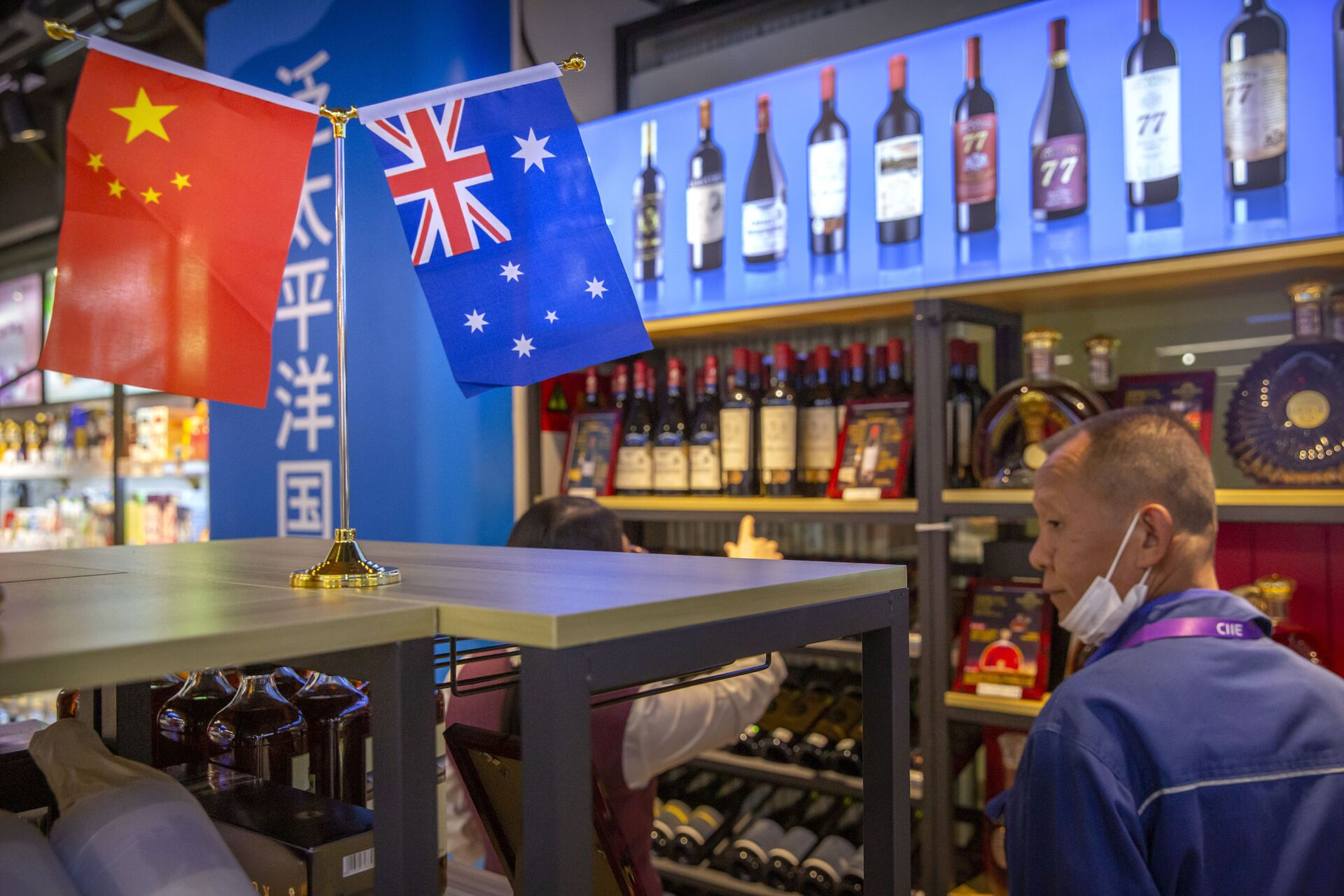 A visitor wearing a face mask to protect against the coronavirus looks at a display of Australian wines at the China International Import Expo (CIIE) in Shanghai on Nov. 5, 2020. China is raising import taxes on Australian wine, stepping up pressure on Australia over disputes including its support for a probe into the origin of the coronavirus. - Sputnik International, 1920, 21.09.2021