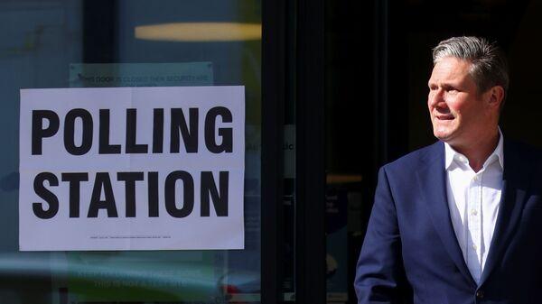 Sir Keir Starmer outside a polling station - Sputnik International