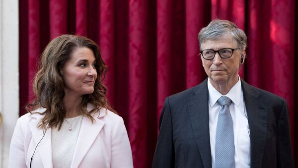 Philanthropist and co-founder of Microsoft Bill Gates (R) and his wife Melinda listen to a speech by French President Francois Hollande, prior to being awarded Commanders of the Legion of Honor at the Elysee Palace in Paris, France, 21 April 2017 - Sputnik International