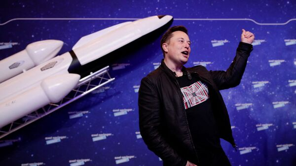 SpaceX owner and Tesla CEO Elon Musk gestures as he arrives on the red carpet for the Axel Springer Awards ceremony, in Berlin, on December 1, 2020 - Sputnik International