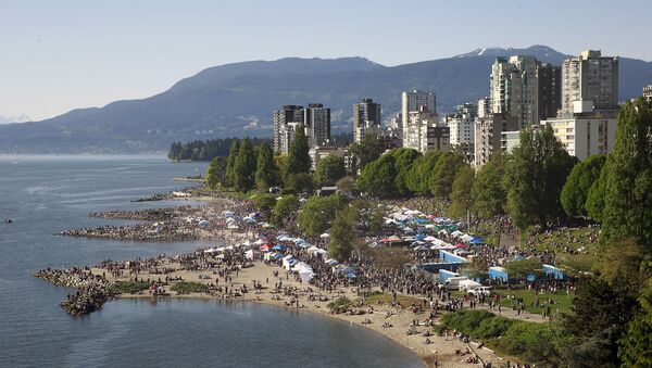 Thousands throng a beach in Vancouver, Canada during a drugs festival in 2016 - Sputnik International