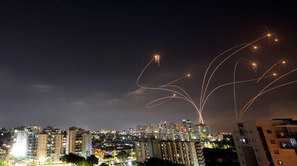 Израильская противоракетная система Железный купол перехватывает ракеты, запущенные из сектора Газа в направлении Израиля - Sputnik International