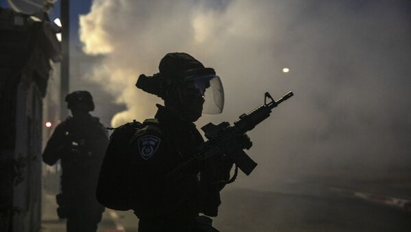 Israeli forces run during clashes with Israeli Arabs in the Israeli mixed city of Lod, Israel, Tuesday, May 11,2021. - Sputnik International