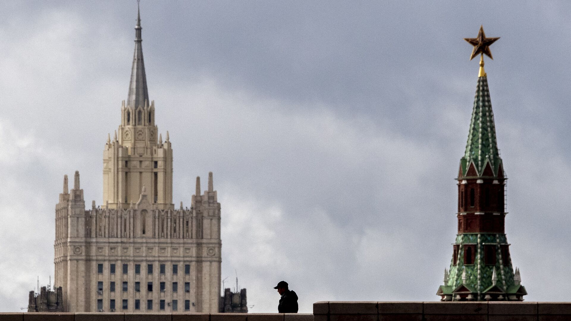 A man walks in front of a tower of the Kremlin and the Russian Foreign Ministry building in central Moscow on September 10, 2020. - Sputnik International, 1920, 02.09.2021