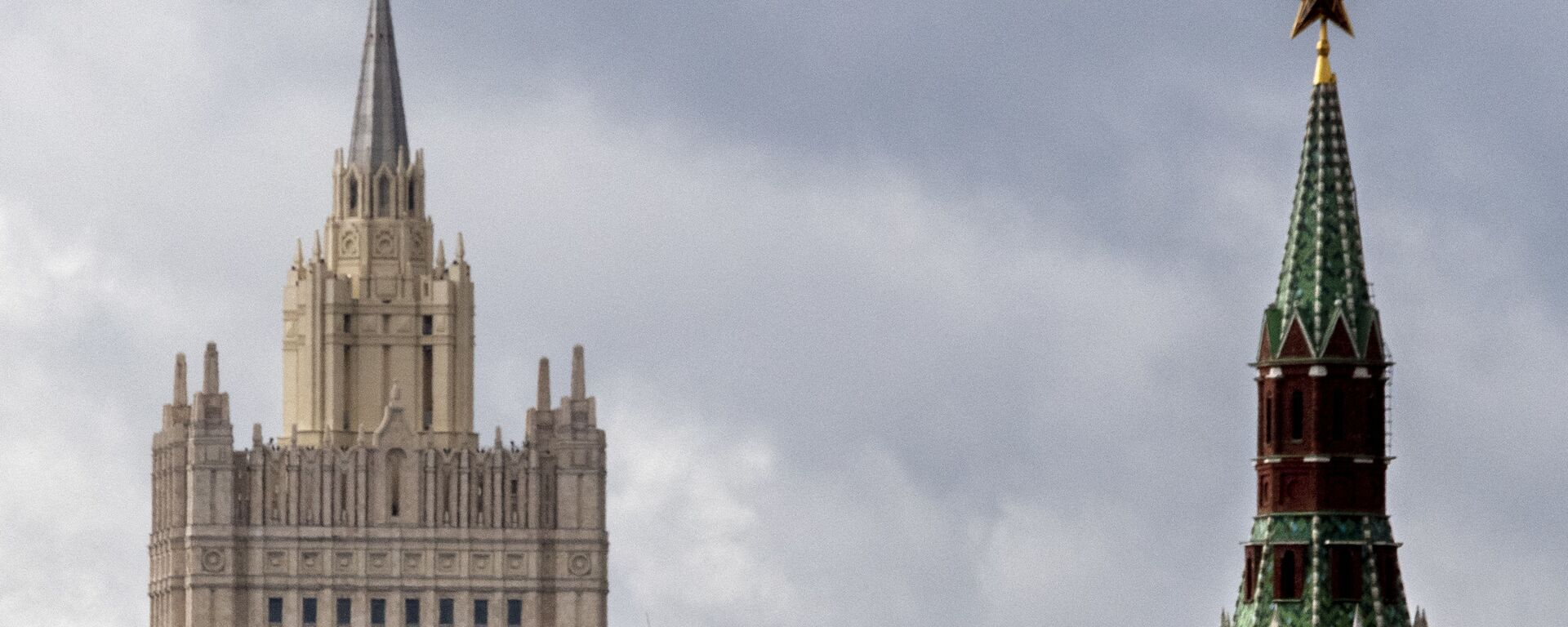 A man walks in front of a tower of the Kremlin and the Russian Foreign Ministry building in central Moscow on 10 September 2020. - Sputnik International, 1920, 02.06.2021