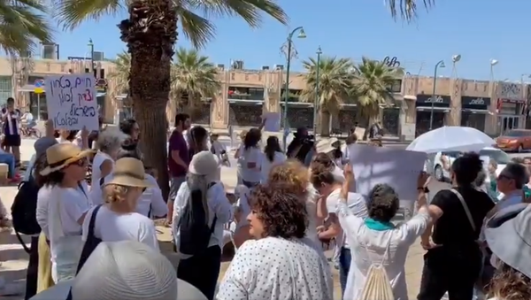 Screengrab of footage of demonstration by Jews and Arabs calling for peace in Israel after days of violence. - Sputnik International