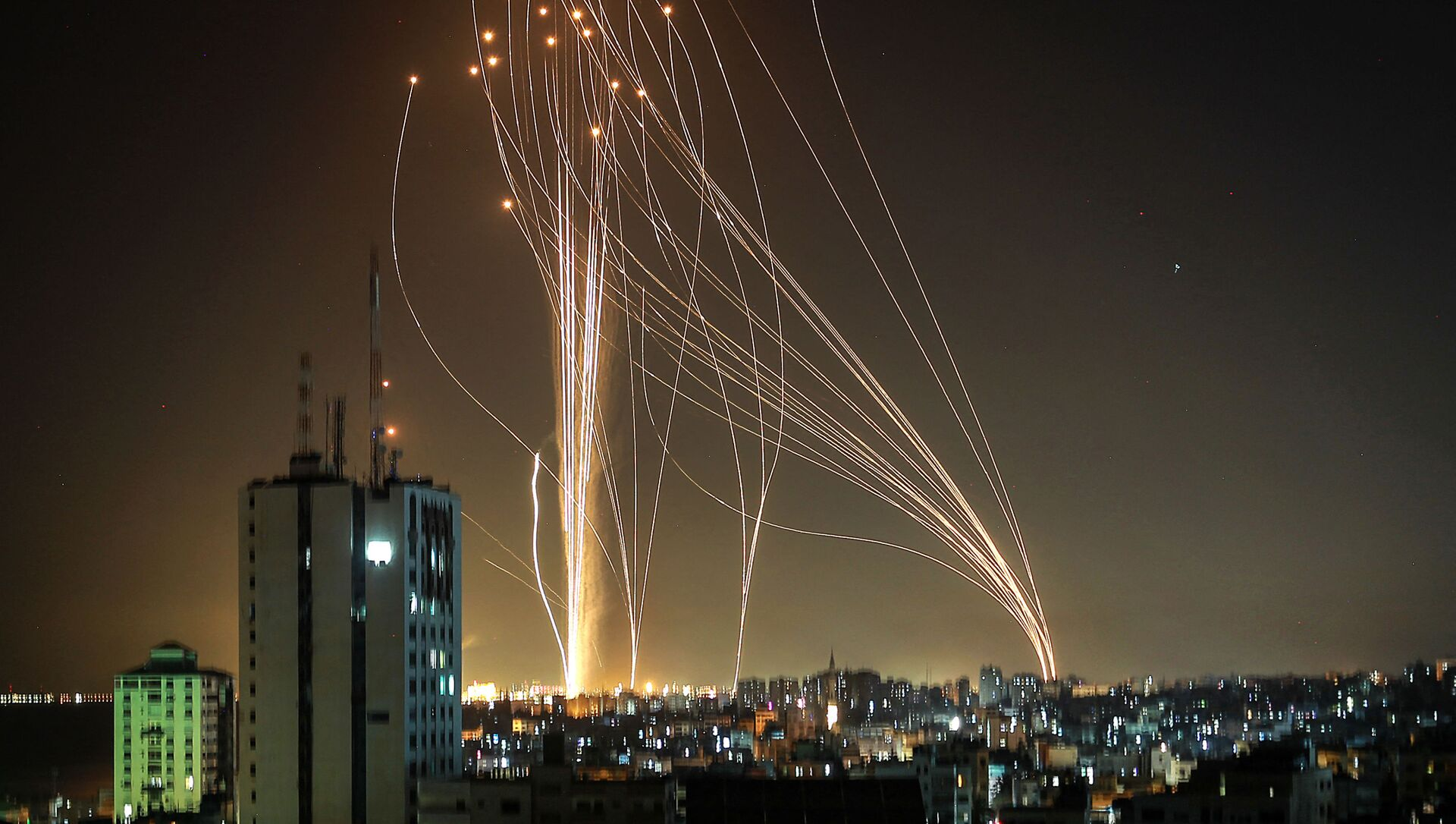 Rockets are launched from Gaza city, controlled by the Palestinian Hamas movement, in response to an Israeli air strike on a 12-storey building in the city, towards the coastal city of Tel Aviv, on 11 May 2021 - Sputnik International, 1920, 24.05.2021