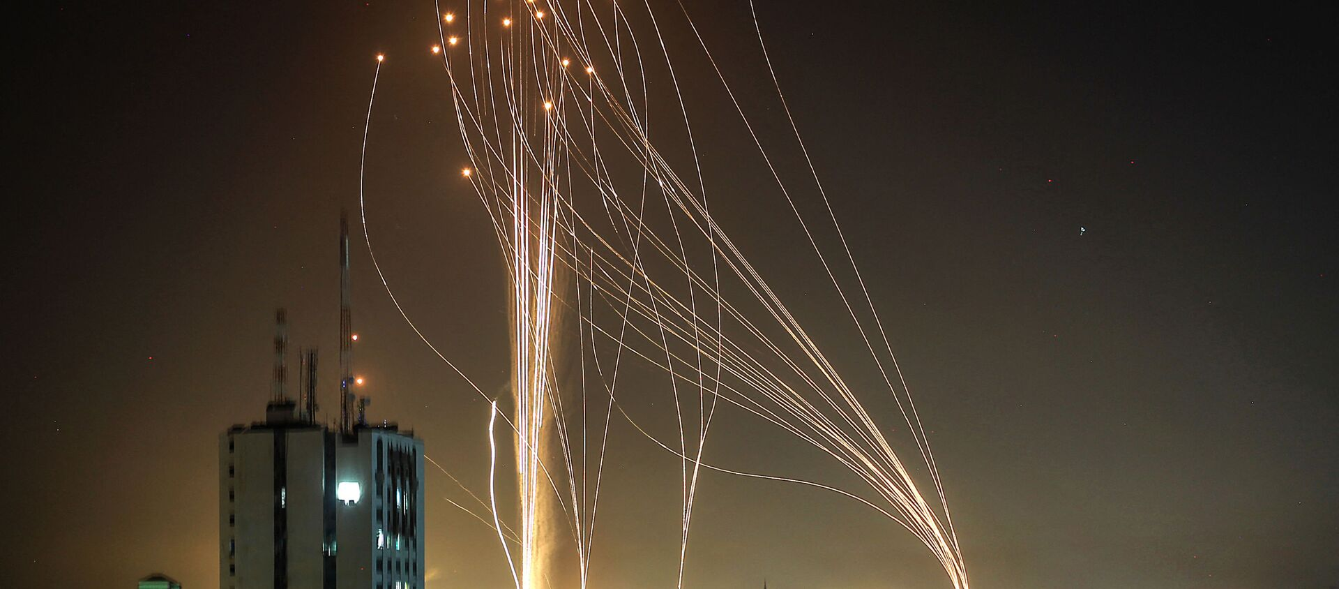 Rockets are launched from Gaza city, controlled by the Palestinian Hamas movement, in response to an Israeli air strike on a 12-storey building in the city, towards the coastal city of Tel Aviv, on 11 May 2021. - Sputnik International, 1920, 18.05.2021