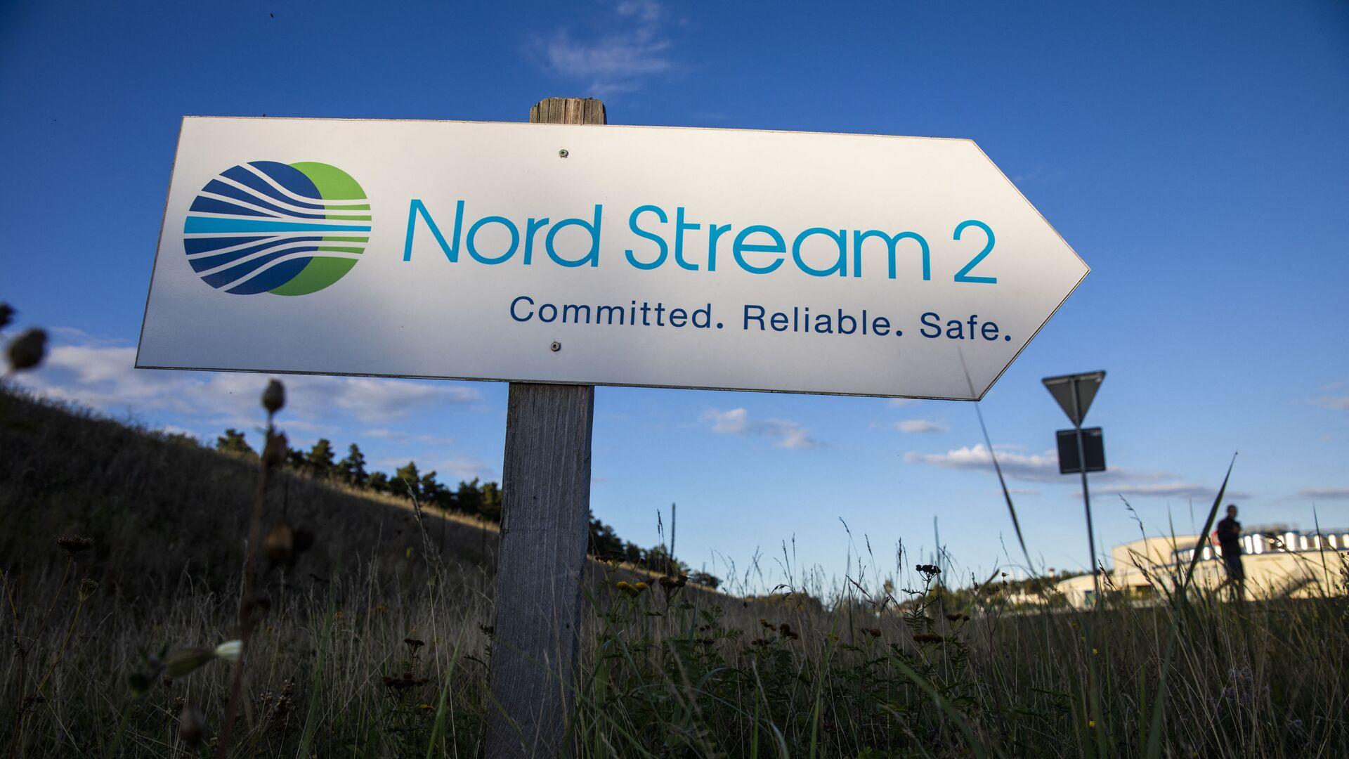 A road sign directs traffic towards the Nord Stream 2 gas line landfall facility entrance in Lubmin, north eastern Germany, on September 7, 2020. - Sputnik International, 1920, 20.06.2021