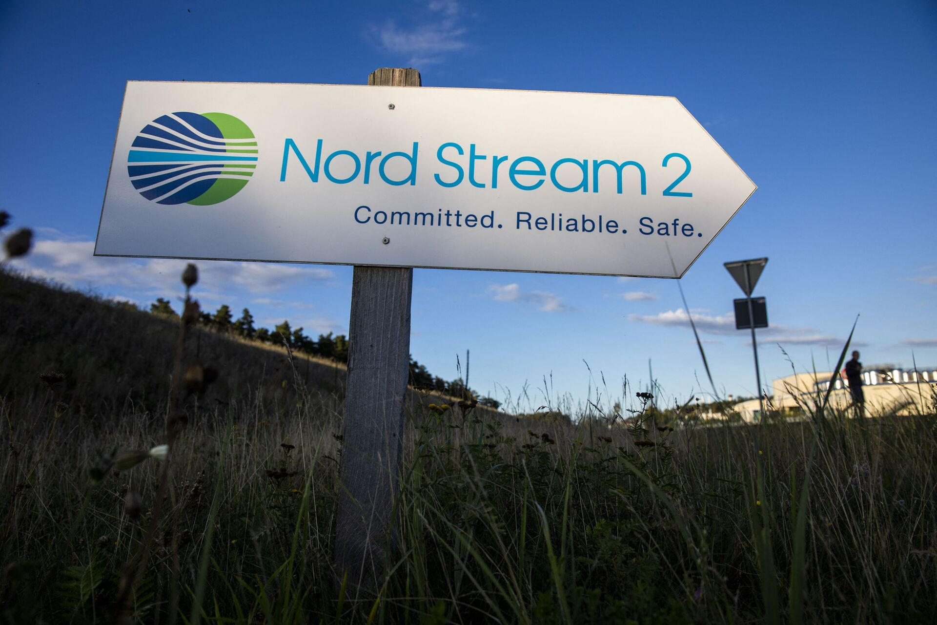 A road sign directs traffic towards the Nord Stream 2 gas line landfall facility entrance in Lubmin, north eastern Germany, on September 7, 2020. - Sputnik International, 1920, 23.09.2021