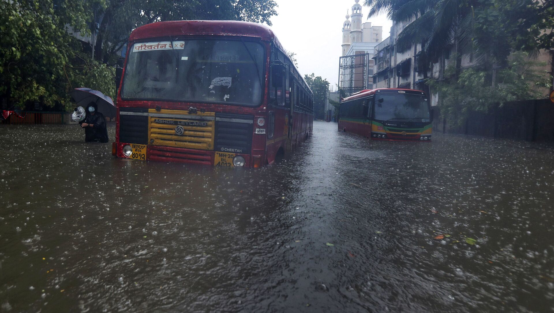 Buses are stranded on a waterlogged road during heavy rain in Mumbai, India - Sputnik International, 1920, 29.07.2021
