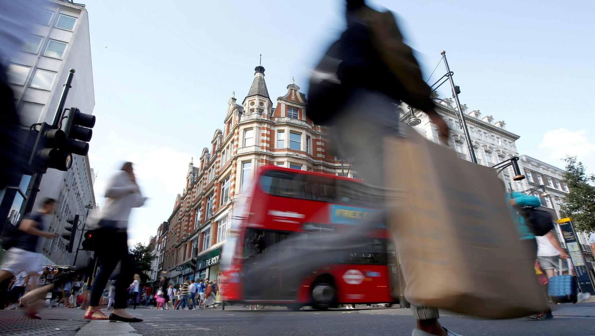 Shoppers cross the road in Oxford Street, in London, Britain (File) - Sputnik International, 1920, 11.08.2021