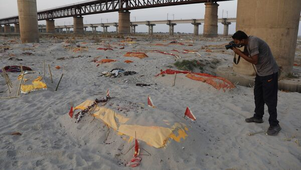 Bodies of suspected Covid-19 victims are seen in shallow graves buried in the sand near a cremation ground on the banks of Ganges River in Prayagraj, India, Saturday, May 15, 2021 - Sputnik International
