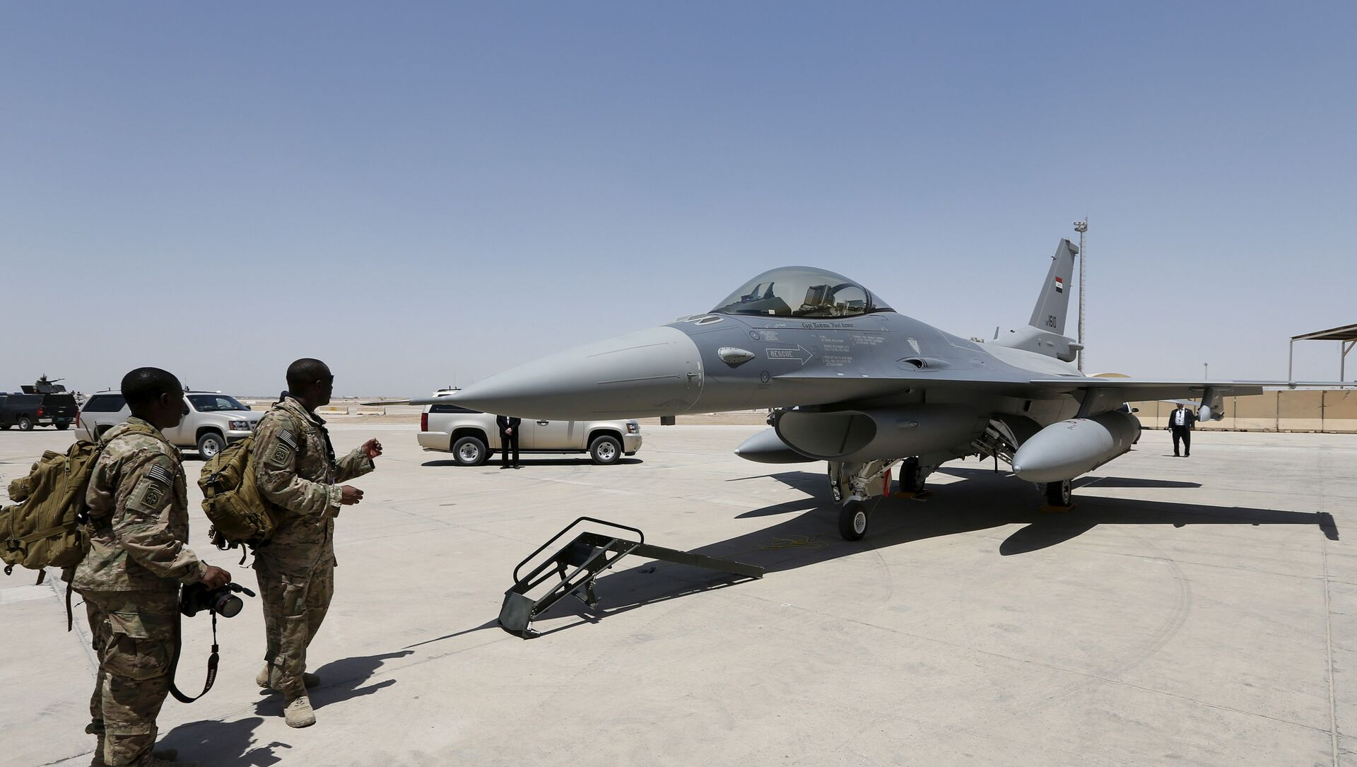 U.S. Army soldiers look at an F-16 fighter jet during an official ceremony to receive four such aircraft from the United States, at a military base in Balad, Iraq - Sputnik International, 1920, 27.07.2021