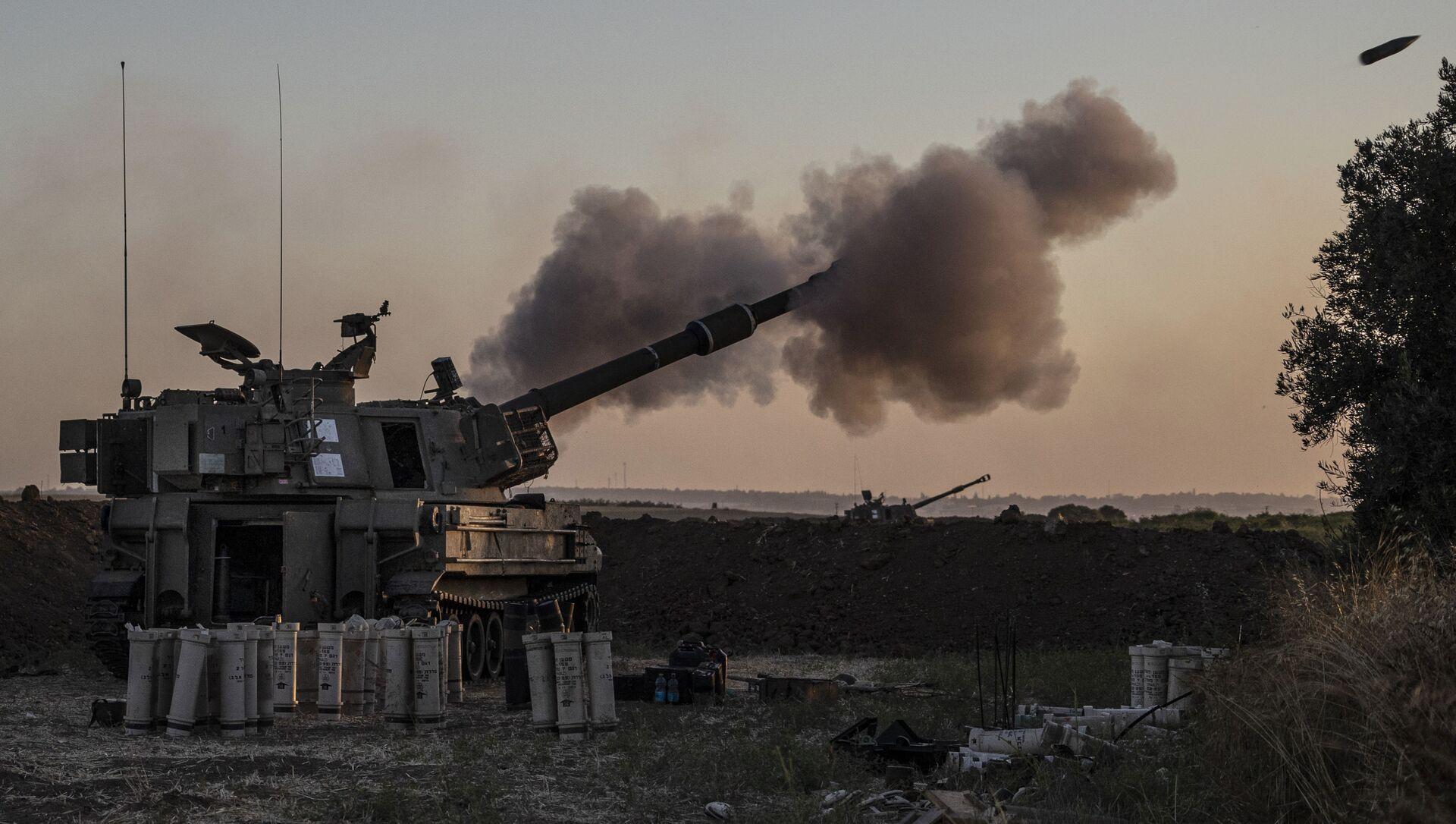 An Israeli artillery unit fires toward targets in Gaza Strip, at the Israeli Gaza border, Tuesday, May 18, 2021 - Sputnik International, 1920, 19.05.2021