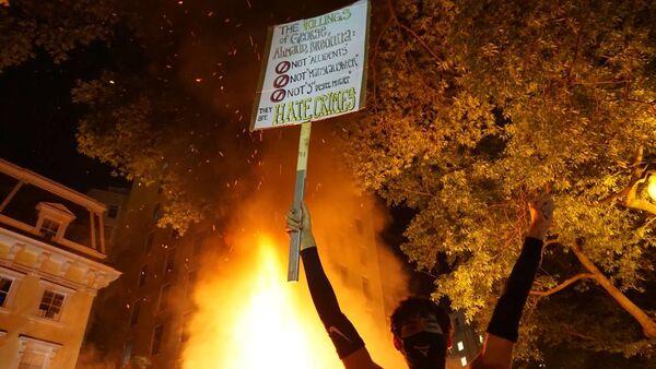 Violent BLM protest at night - Sputnik International