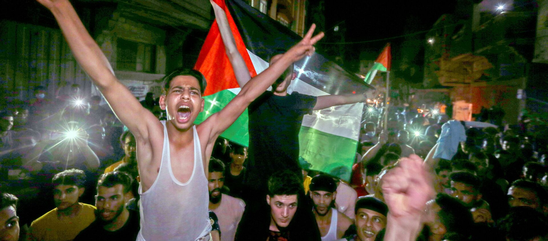 Palestinians celebrate in the streets following a ceasefire, in the southern Gaza Strip May 21, 2021. - Sputnik International, 1920