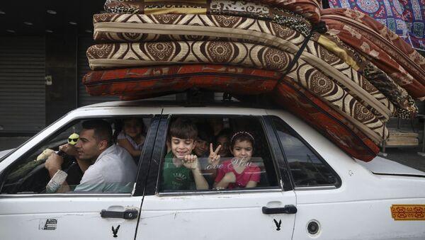 Палестинская семья возвращается в свой дом в городе Газа - Sputnik International