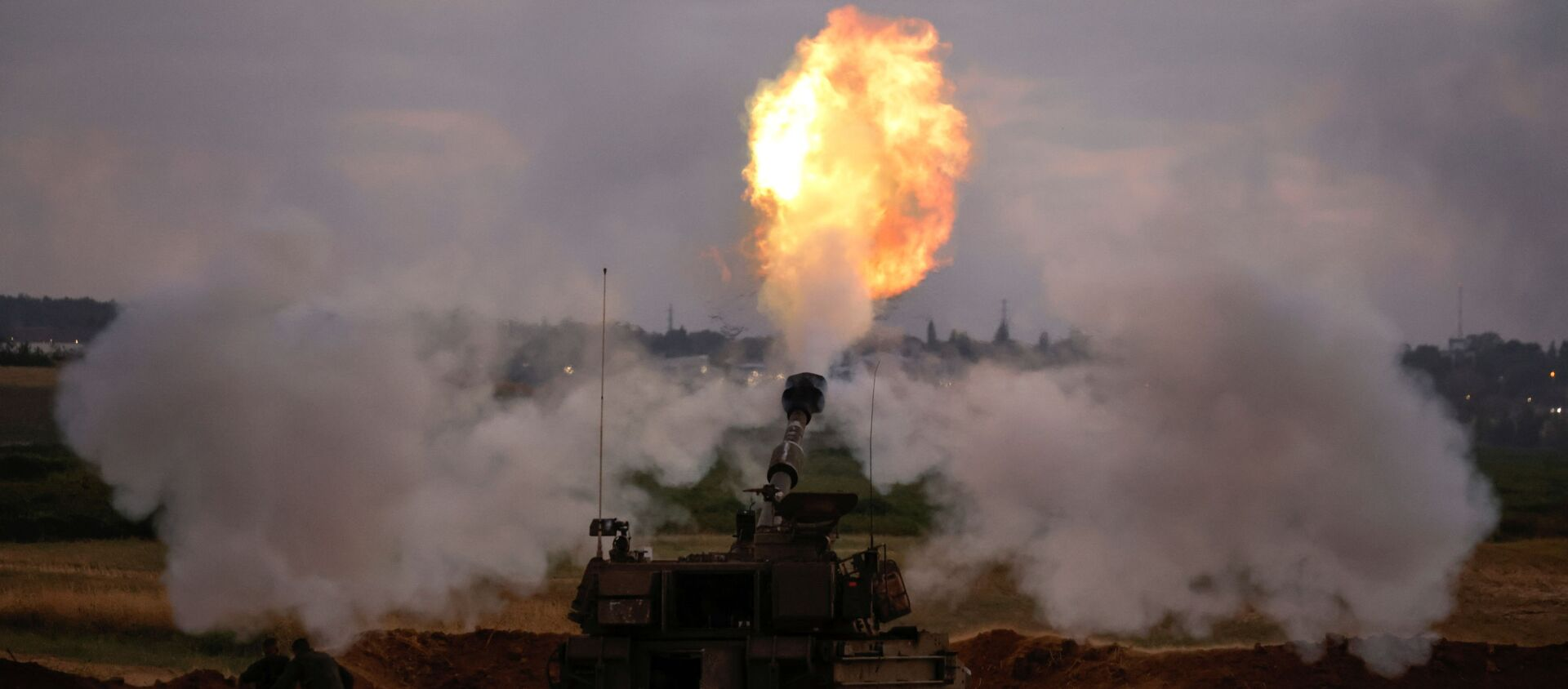 Israeli soldiers work at an artillery unit as it fires near the border between Israel and the Gaza strip, on the Israeli side May 17, 2021 - Sputnik International, 1920, 04.06.2021
