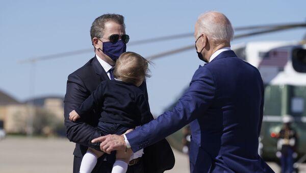 Joe Biden (right), his son Hunter Biden (left) and grandson Beau Biden (centre) - Sputnik International