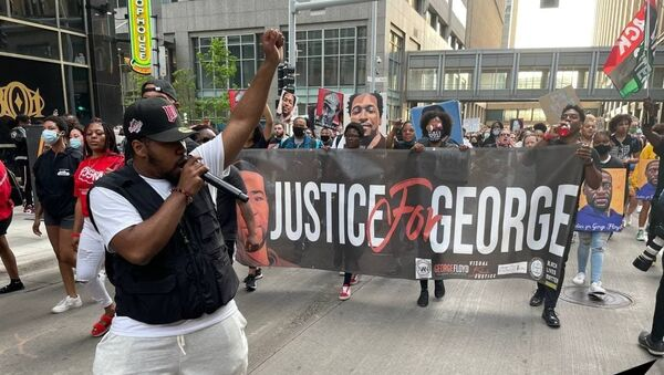 Several hundred Americans march through downtown Minneapolis paying tribute to George Floyd. - Sputnik International