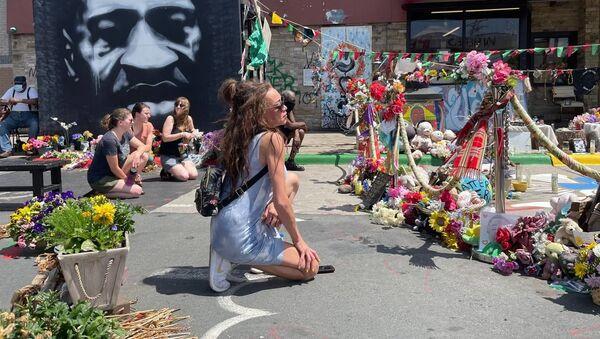 People knealt their knee in memory of George Floyd during commemorating event in Minneapolis - Sputnik International
